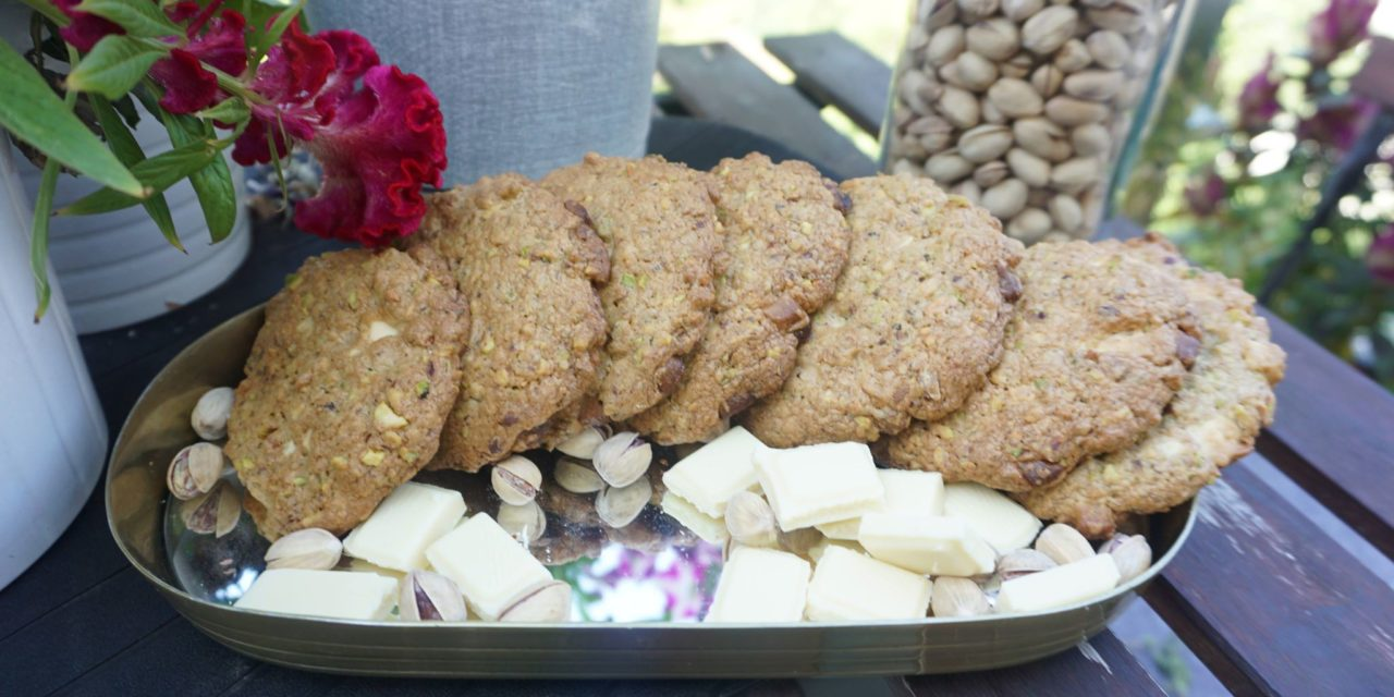 Pistachios and white chocolate cookies