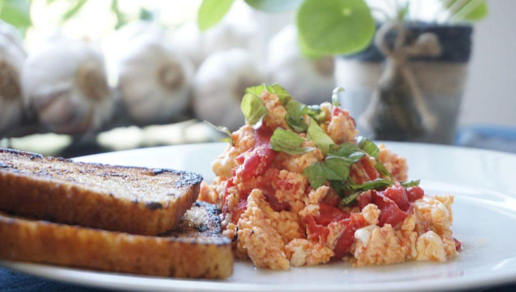 Jajecznica z pomidorami i bazylią
