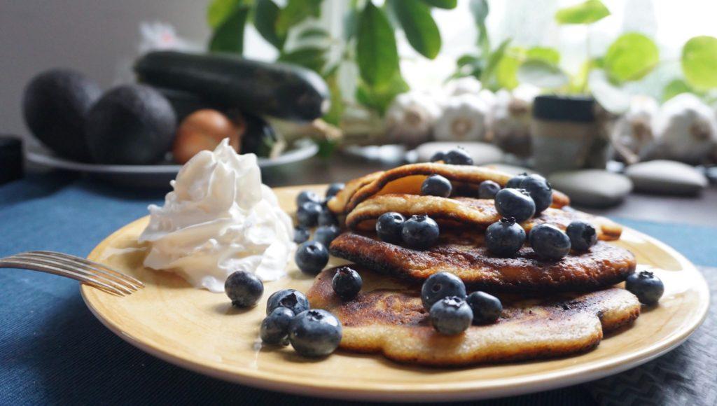 Puszyste naleśniki (pancake) z borówkami i bitą śmietaną
