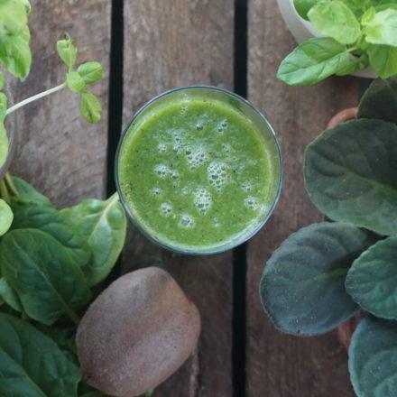 Zielony koktajl z kiwi i szpinakiem