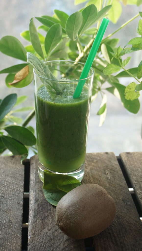 Green smoothie with spinach and kiwi