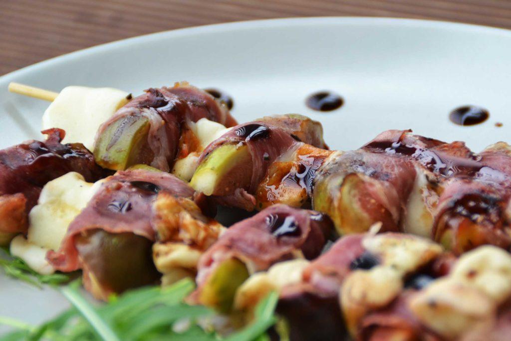 Szaszłyki z figami, szynką prosciutto i serem do grilowania