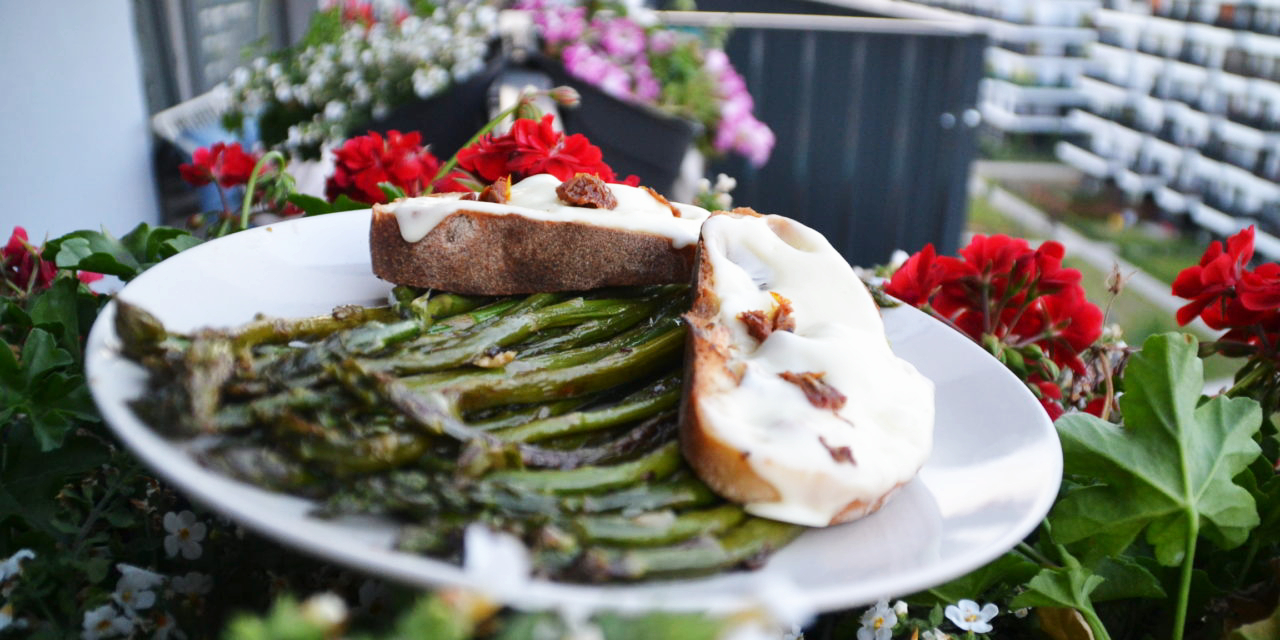 Pan-fried asparagus with mozzarella toast