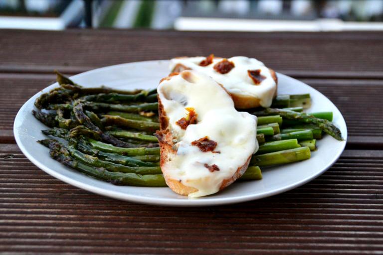 Smażone szparagi z tostem z mozzarellą i suszonymi szparagami