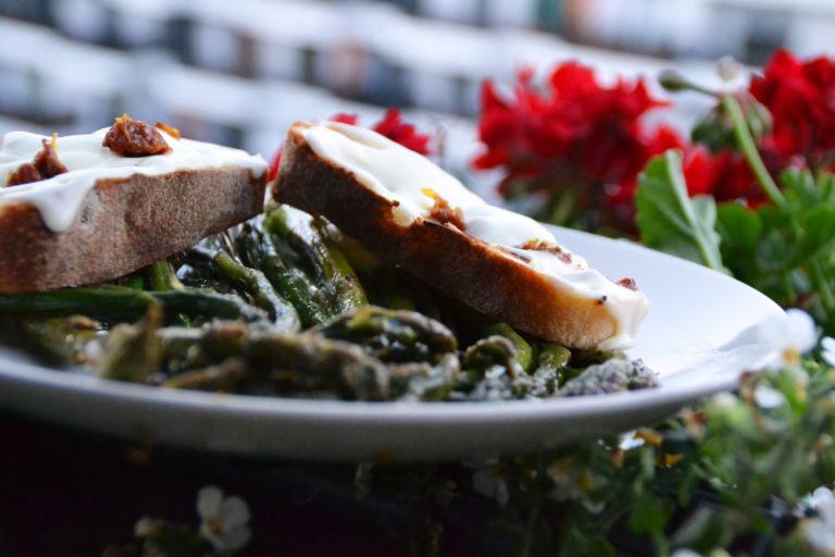 Pan-fried asparagus with mozzarella toast