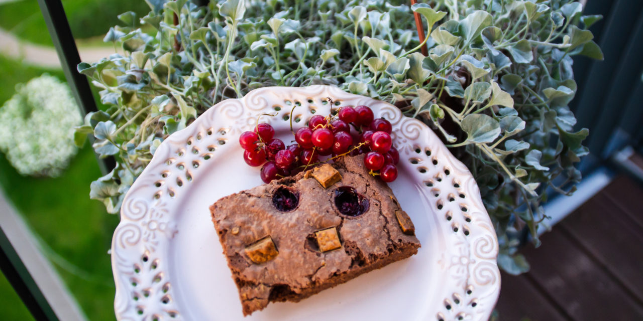 Brownie with redcurrant